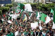 アルジェリアでは変革を求めるデモが続いている(4月19日、首都アルジェ〉=ロイター
