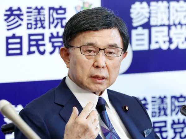 記者会見で政界引退を表明する自民党の吉田博美参院幹事長(23日、国会内)