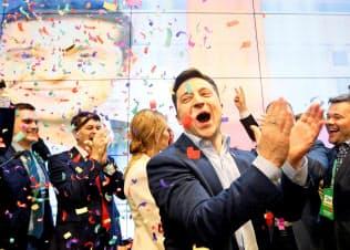 21日、当選が確実となり喜ぶゼレンスキー氏=ロイター