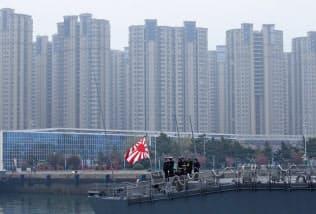 山東省青島の国際観艦式に参加するため入港した海自護衛艦「すずつき」(21日)=ロイター