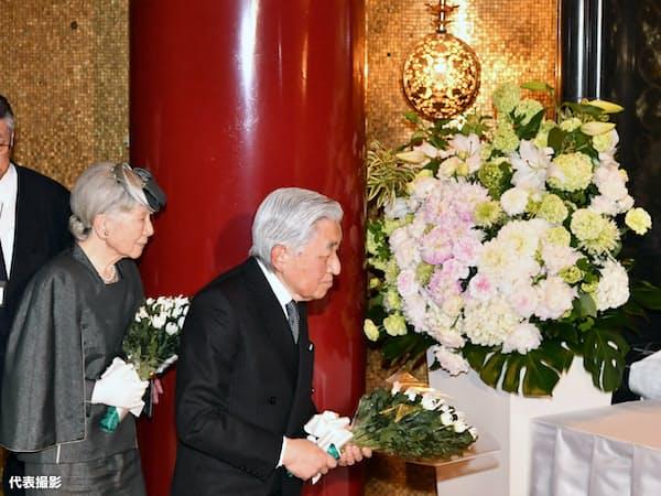 「高尾みころも霊堂」の拝殿で、白菊の花束を供える天皇、皇后両陛下(23日午後、東京都八王子市)=代表撮影
