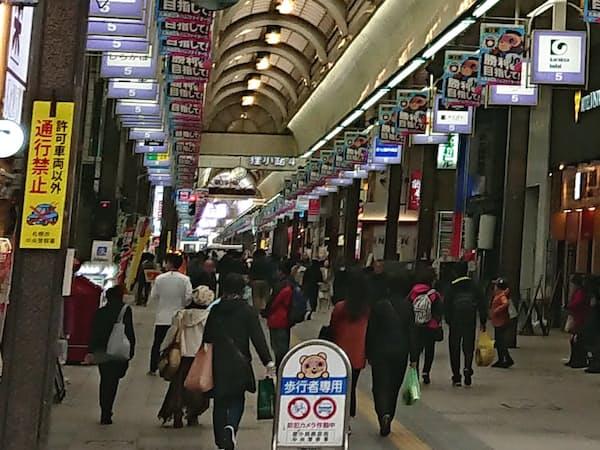 小売業では人手不足感が強い(23日、札幌市中心部)