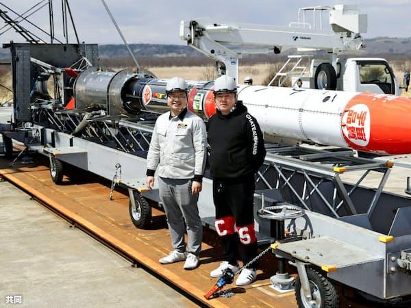 公開されたモモ3号機の前に立つインターステラの稲川社長(左)と堀江氏(12日、北海道大樹町)