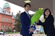 北海道庁に初登庁する鈴木直道新知事(左、23日、札幌市)
