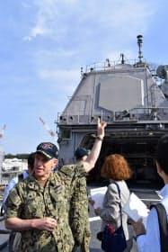 米イージス巡洋艦シャイローで機能を説明するジョンズ艦長