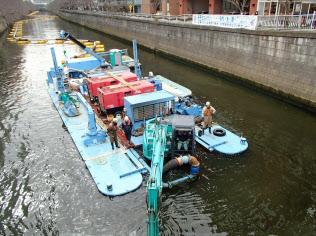 浚渫装置は台船に載せて使う