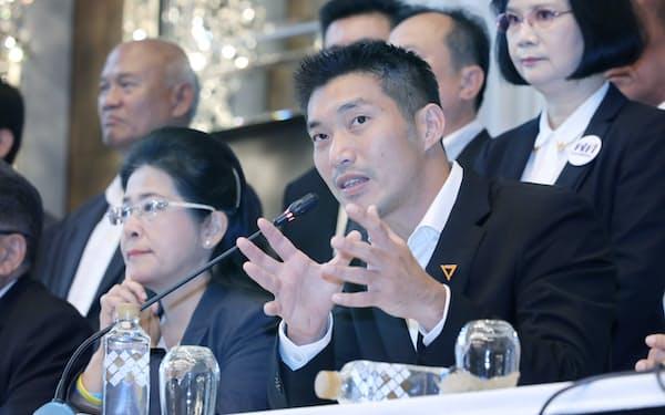 タイの総選挙で躍進した新未来党のタナトーン党首(右)は反軍政派の中心人物の一人(3月27日、バンコク)