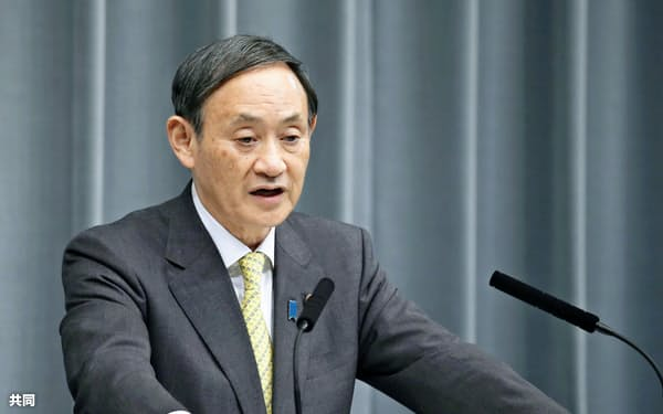 菅氏は記者会見で、ドコモのプランについて評価した(23日、首相官邸)=共同