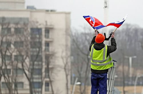 幹線道路沿いに飾り付けされる北朝鮮とロシアの旗(23日、ウラジオストク)=共同