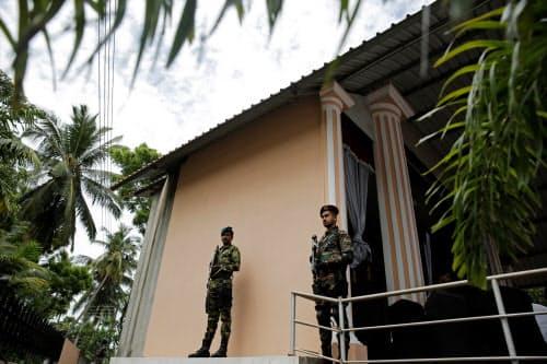 スリランカでは厳戒態勢が続く(23日、西部ネゴンボ)=ロイター