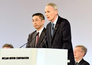 日産自動車の株主総会であいさつする仏ルノーのスナール会長(右)=AP