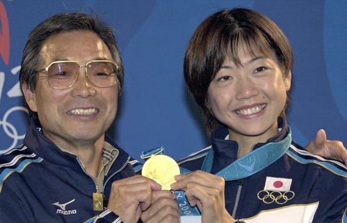 2000年9月、シドニー五輪女子マラソンで獲得した金メダルを持つ高橋尚子選手(右)と小出義雄さん=共同