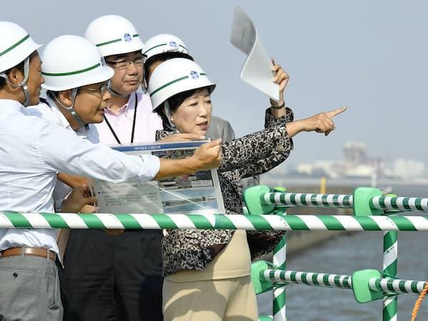 ボート、カヌー会場の海の森水上競技場予定地を視察する小池知事(右、2016年9月、東京都内)=共同