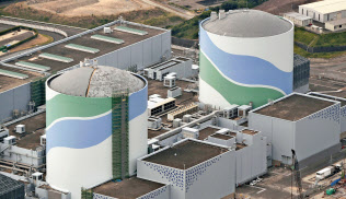 九州電力川内原発1号機(左)。右は2号機(鹿児島県薩摩川内市)