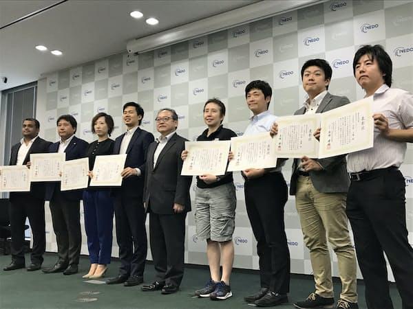 MI-6の木崎社長(右から2人目)は、AIコンテストで審査員特別賞を受賞した(18年8月、東京都千代田区)