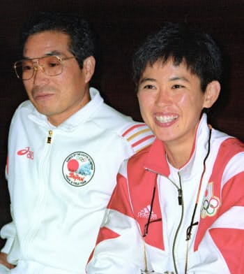 1992年8月、バルセロナ五輪女子マラソンで銀メダルを獲得し、記者会見する有森裕子選手(右)と小出義雄さん=共同