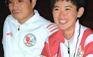 1992年8月、バルセロナ五輪女子マラソンで銀メダルを獲得し、記者会見する有森裕子選手(右)と故・小出義雄監督=共同