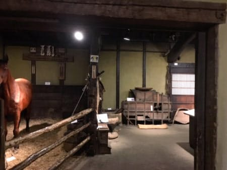 馬の博物館にある南部曲り家。かつての馬と人間の近さを実感できる
