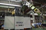 レール上を移動できるロボットアームが原発内でデブリをつかんで回収する予定だ(神戸市内にある三菱重工神戸造船所で)