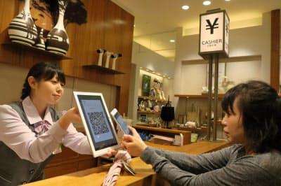 百貨店などではスマホ決済の導入が進む(大阪市、あべのハルカス近鉄本店で)