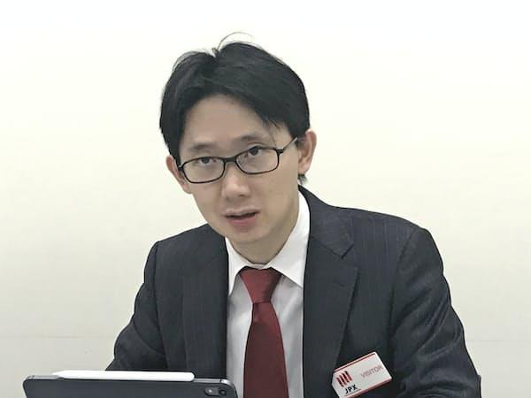 記者会見するハウテレビジョンの音成洋介社長(24日、東証)