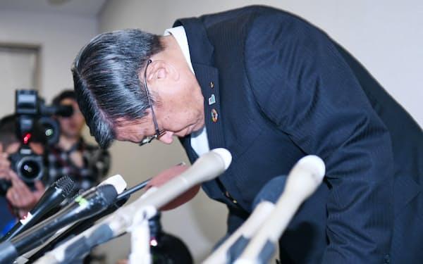 記者会見で頭を下げる堺市の竹山修身市長(22日、堺市)