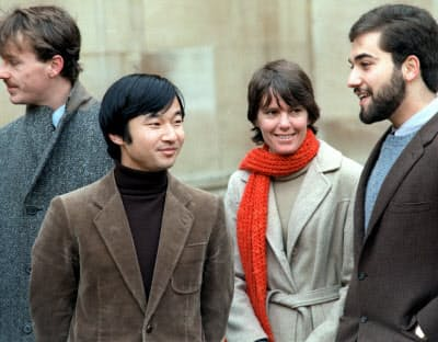 マートン・カレッジの校庭で学友と談笑する(1983年12月)=共同