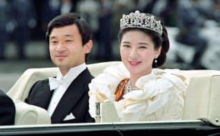皇居から東宮仮御所への結婚祝賀パレードに出発する両陛下(1993年6月9日)