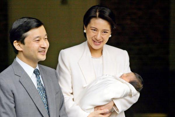 天皇陛下に付き添われ、愛子さまを抱いて退院する皇后さま(2001年12月、皇居・宮内庁病院)