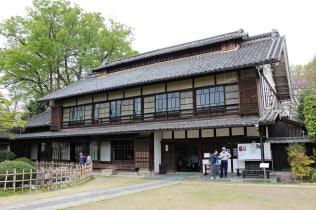 渋沢栄一の生地に建つ旧渋沢邸「中の家」にも多くの観光客が訪れている。