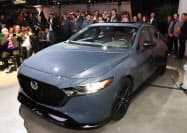 新型「マツダ3」(18年11月のロサンゼルス自動車ショーの様子)