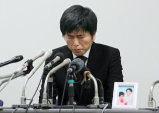 記者会見する松永真菜さんの夫(24日、東京・霞が関)