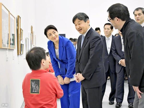 国民文化祭が行われた大分県で、障害者アートの展覧会を鑑賞する天皇、皇后両陛下(2018年10月)=共同
