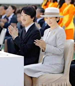愛媛国体の閉会式に出席された秋篠宮ご夫妻(10月、ニンジニアスタジアム)=共同