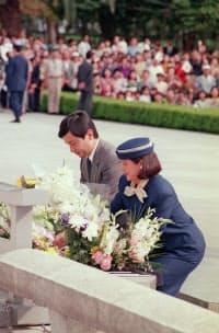 原爆死没者慰霊碑に供花する天皇、皇后両陛下(1994年10月、広島・平和記念公園)=時事