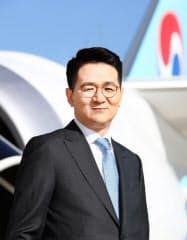 大韓航空機の前に立つ趙源泰氏