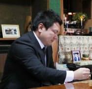 事故で亡くなった下浦善弘さんの遺影の前で涙ぐむ前中夕紀さん(14日、神戸市北区)