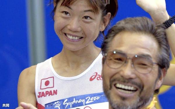 2000年9月、シドニー五輪女子マラソンで金メダルを獲得した高橋尚子選手(左)と小出義雄さん=共同