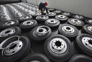米国では中国製タイヤホイールが安く販売されており、米国メーカーが不満を募らせている=ロイター
