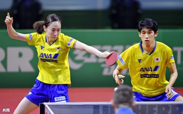 混合ダブルス準々決勝でプレーする吉村真(右)、石川組(24日、ブダペスト)=共同