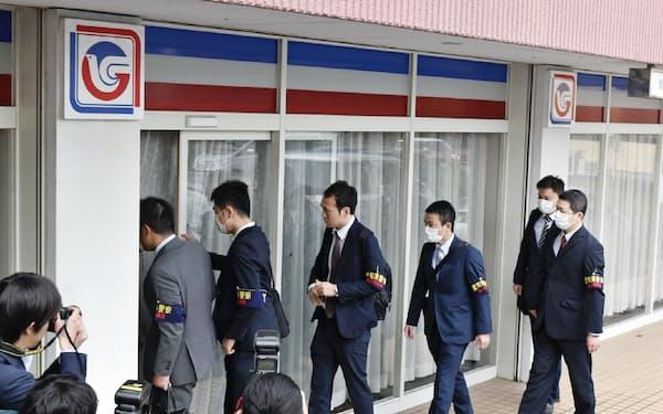 ジャパンライフの関係先の捜索に入る愛知県警の捜査員(25日、愛知県西尾市)