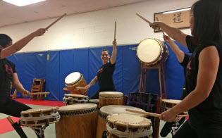 NY市拠点の太鼓グループ「僧太鼓(そうだいこ)」の練習風景。女性たちがメーンの奏者となり舞台をひっぱる場面も多い。