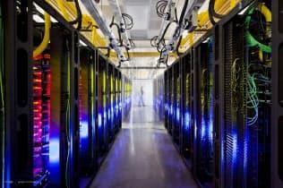 企業にデータの完全削除を強いる忘れられる権利は導入を先送りした(グーグルのデータセンター)=AP