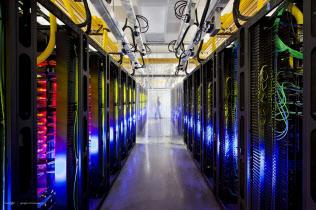 企業にデータの完全削除を強いる忘れられる権利は導入を先送りした(グーグルのデーターセンター)=AP