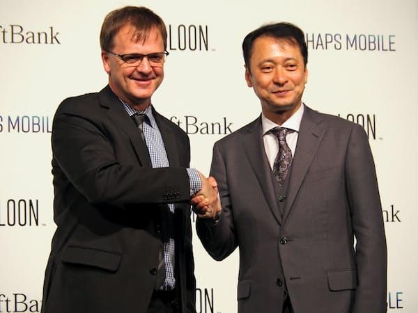 ソフトバンクの宮川潤一副社長(右)と米グーグル系ルーンのアラステア・ウエストサース最高経営責任者(左)(25日、目黒区)