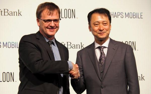 ソフトバンクの宮川潤一副社長(右)と米ルーンのアラステア・ウエストサース最高経営責任者(左)(25日、目黒区)