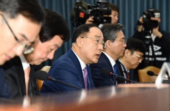 緊急関係閣僚会議で発言する洪楠基(ホン・ナムギ)経済副首相兼企画財政相=韓国政府提供