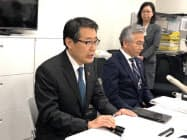 記者会見するセブン―イレブン・ジャパンの永松文彦社長(左)