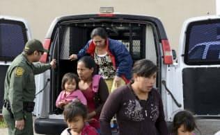 トランプ氏は民主党が対応の仕方で揺れている移民問題に争点を絞れば、大統領選を有利に戦えそうだ=AP