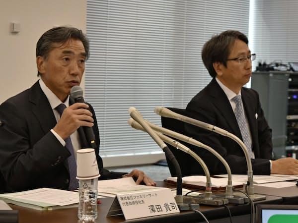 記者会見する沢田貴司社長(左)